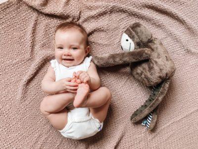 leżące dziecko i szumiący leniwiec E-zzy od Whisbear