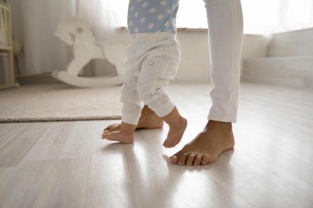 nogi mamy i dziecka