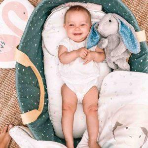 leżący niemowlak w koszyczku z króliczkiem Whisbear