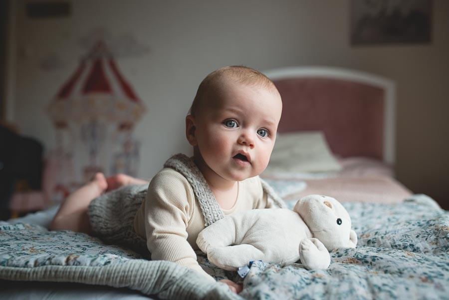niemowlak na łóżeczku z szumiącym misiem