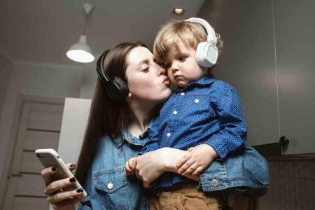 mama z niemowlakiem w słuchawkach na uszach