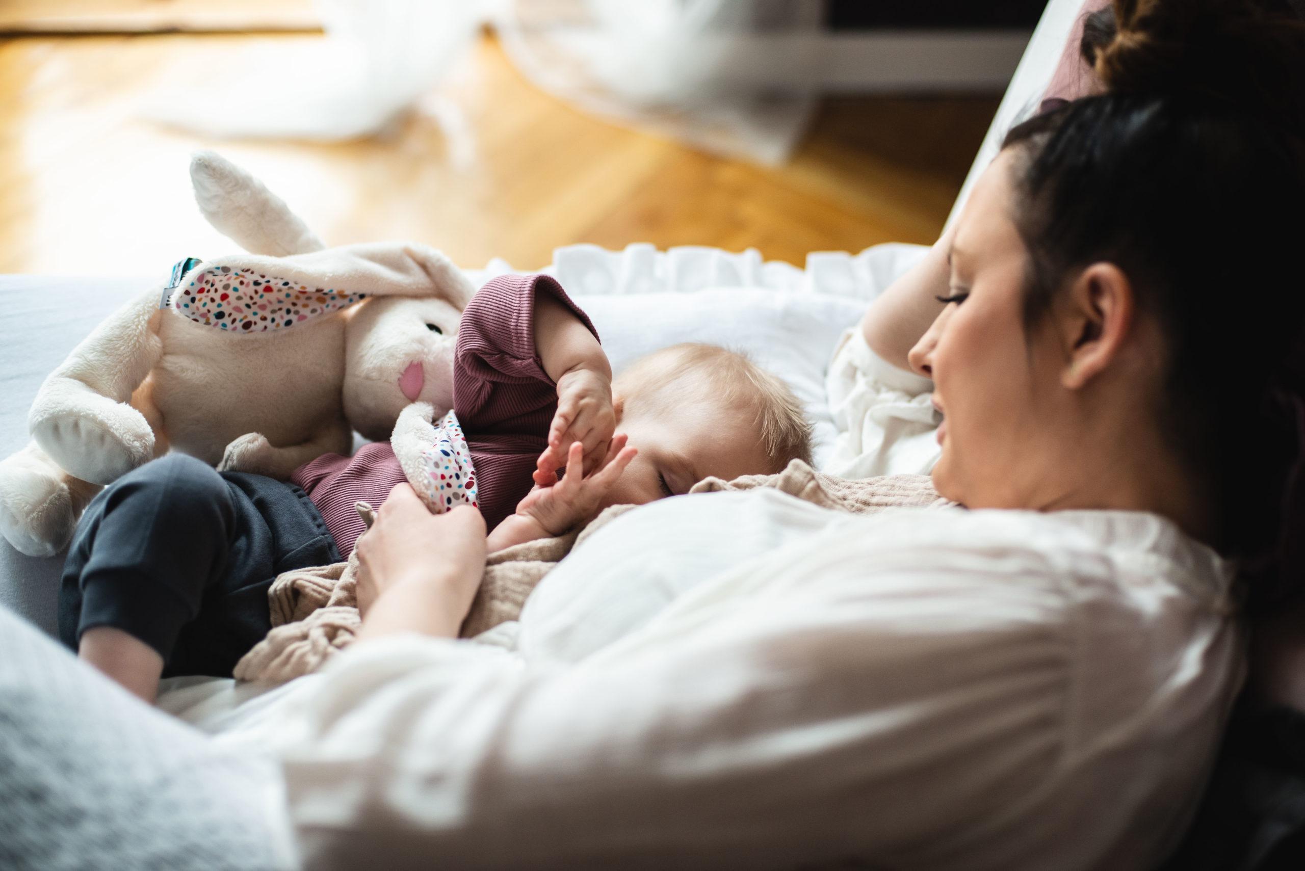 Dlaczego niemowlę ulewa? Cofanie się treści pokarmowej