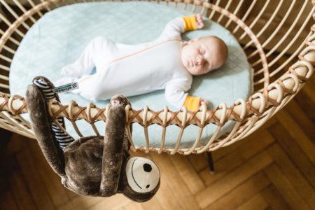 Twardy brzuszek u noworodka — czy jest powodem do obaw?