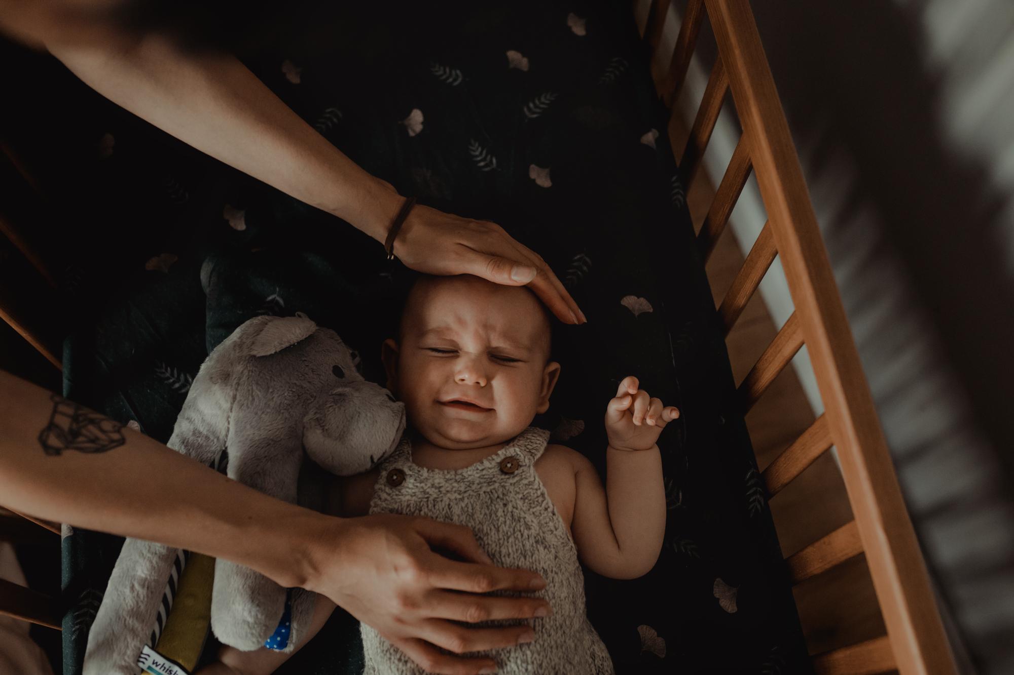 dlaczego dziecko płacze przez sen?
