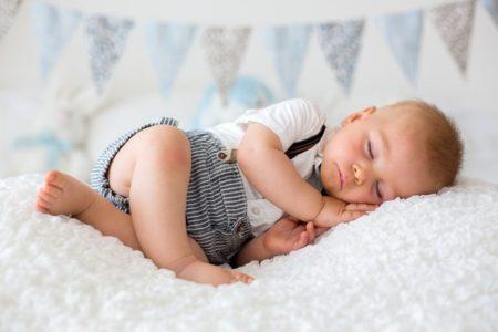 Dans le lit des parents. Dormir avec bébé ?
