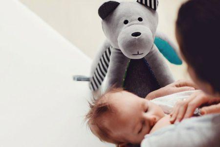 Szum wód płodowych i bicie serca. Co słyszy dziecko w brzuchu mamy?