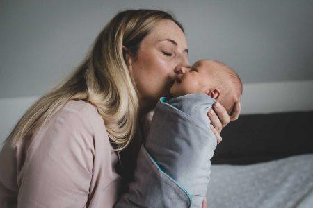matka całuje niemowlaka